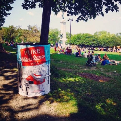 What Is Adam, dressed-up garbage can, parc Jeanne-Mance (photo © Whatisadam)