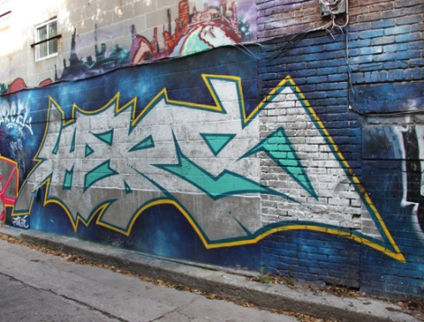 graffiti in alley between St-Laurent and Clark