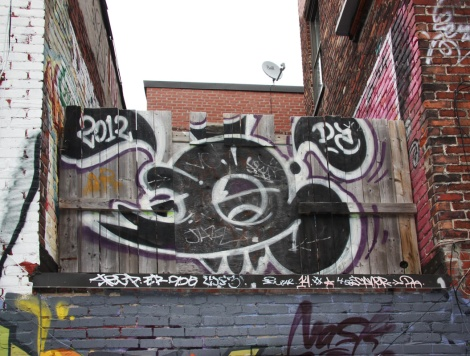 Scaner piece in alley between St-Laurent and Clark