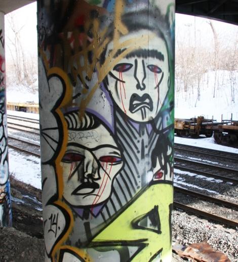 Mono Sourcil under bridge