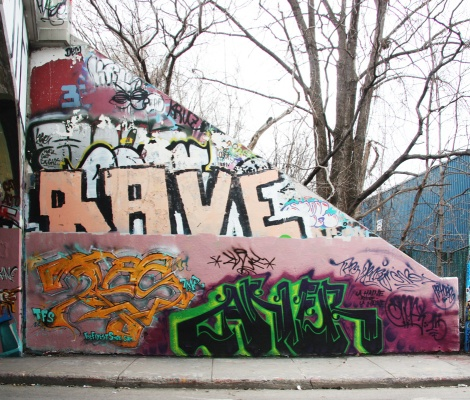 Max (bottom left), Aner (bottom right), Rave (middle), etc, at the Rouen legal graffiti tunnel