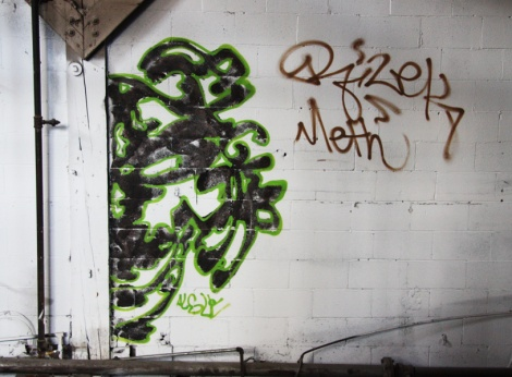 Algue representing the 203 crew in the abandoned Transco; also visible are tags by Rizek and Meth