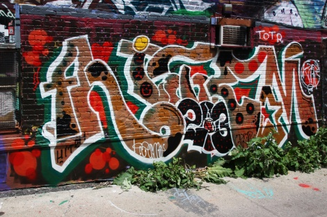 Hitem in the alley between St-Laurent and Clark