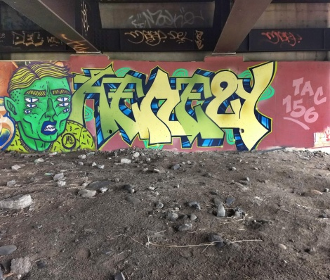 Mono Sourcil on character and Hsix on letters, under a bridge