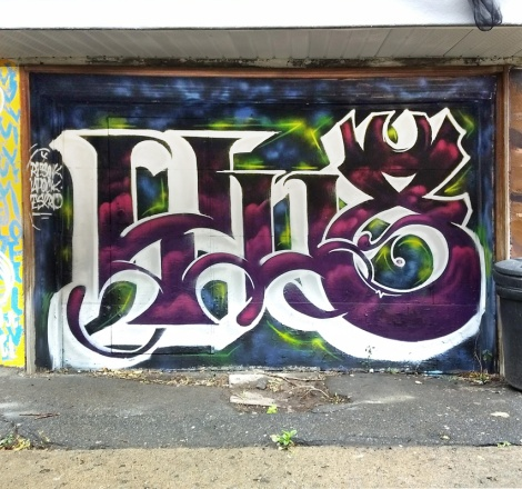 Eskro and Resok doing the name of their crew YU8 on a garage door for the Canettes de Ruelle production