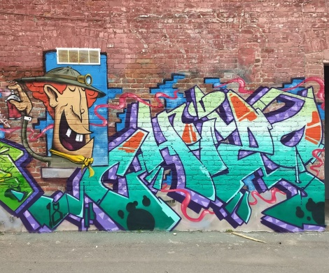 Chizo (letters) and Frank Bo (character) in a Plateau alley